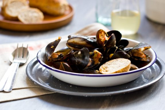 Garlic, chilli and tomato mussels